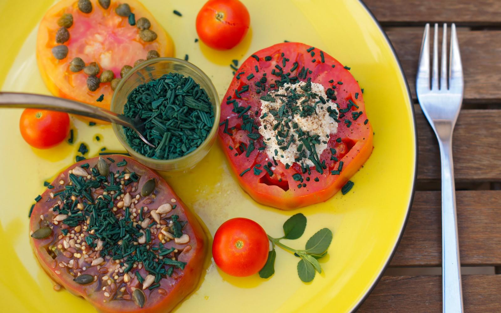 Salade de tomates et spiruline, ricotta, capers et graines de tournesol