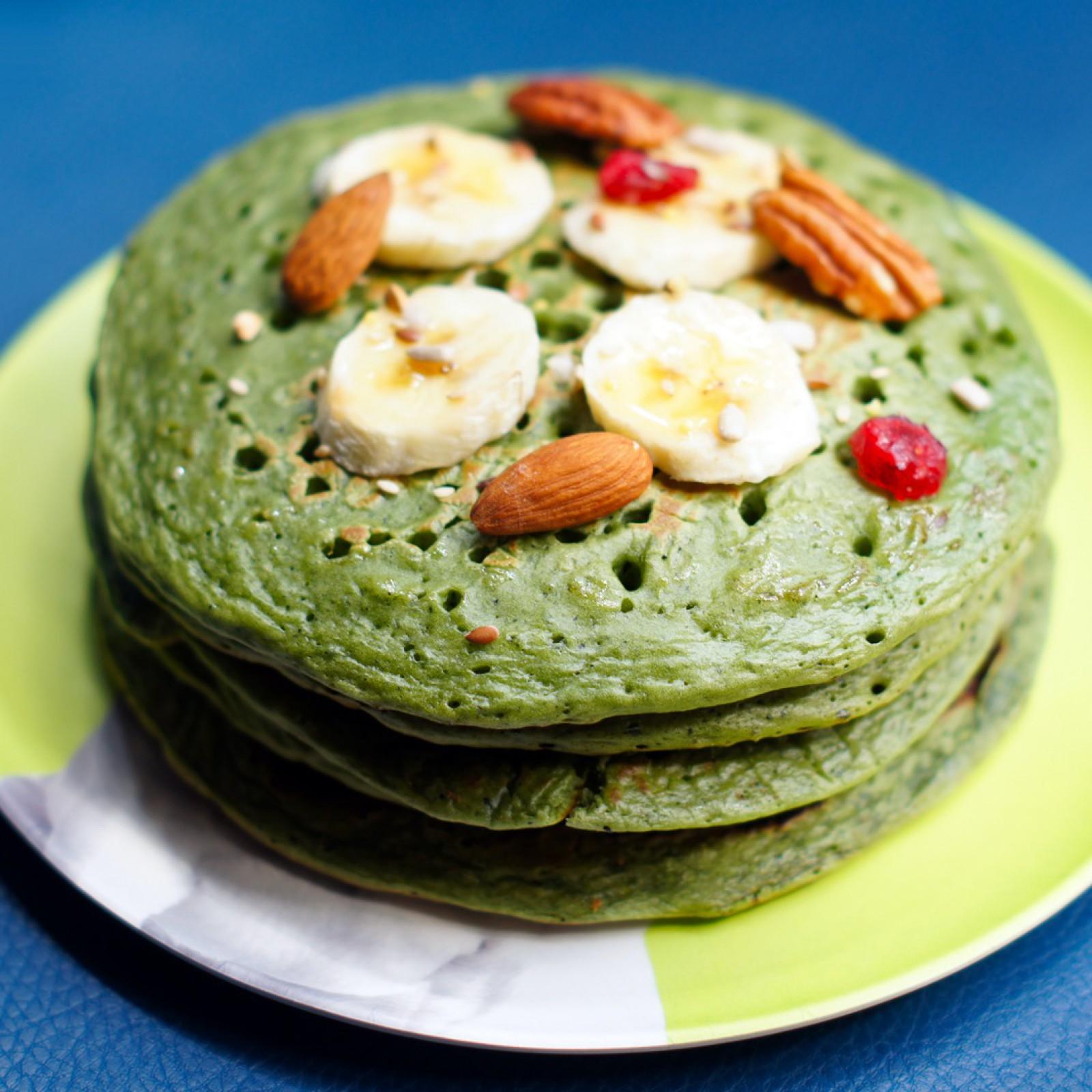 Pancake à la spiruline (en poudre), banane et fruits secs