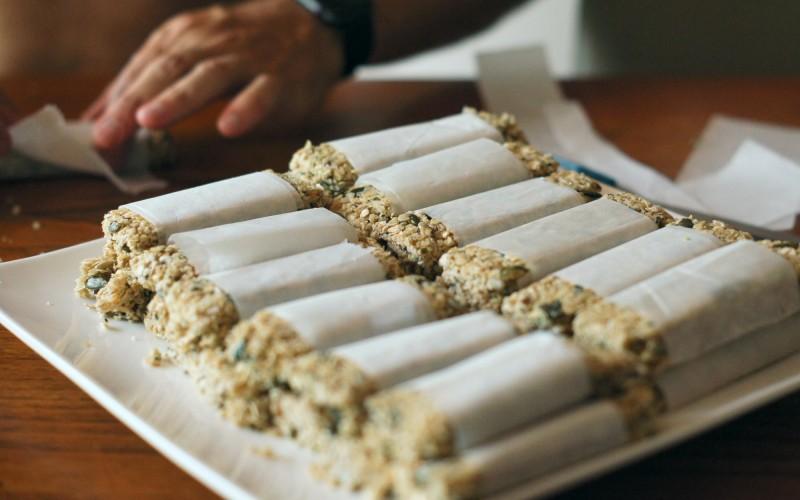 Réutiliser le papier sulfurisé de cuisson pour emballer vos barres de céréales