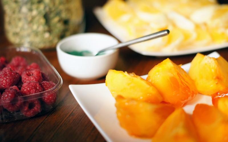 Smoothie à la spiruline : oranges, framboises, kakis, spiruline